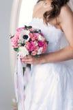 Rosa Brautblumenstrauß in den Händen Lizenzfreies Stockbild