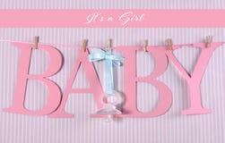 Rosa Buchstaben, die Rechtschreibung Baby mit dem Kopfe stoßen Stockfoto
