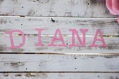 Rosa Buchstabename Diana auf Weiß wodden Wand, Babyparty Stockfotos