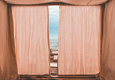 Rosa Bungalow auf dem Strand lizenzfreie stockfotografie