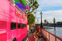 Rosa buss för dubbel däckare i London, UK Arkivfoto