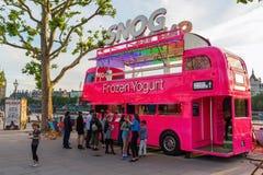 Rosa buss för dubbel däckare i London, UK Royaltyfri Bild