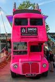 Rosa buss för dubbel däckare i London, UK Arkivbilder