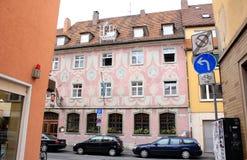 Rosa byggnad i Europa Royaltyfria Foton