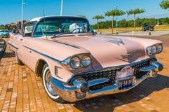Rosa Cadillac Deville 62 Oldtimer på den årliga nationella oldtimerdagen i Lelystad Arkivfoton
