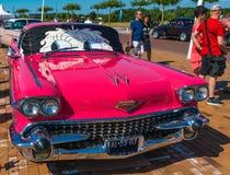 Rosa Cadillac Deville 62 Oldtimer på den årliga nationella oldtimerdagen i Lelystad Royaltyfria Foton