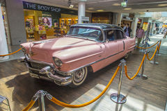 Rosa Cadillac 1956 am Flughafen Lizenzfreie Stockfotos