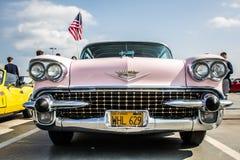 Rosa Cadillac med amerikanska flaggan royaltyfria foton