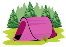 Rosa Campingzelt, das auf einer Lichtung auf dem Hintergrund des Koniferenwaldes steht Lizenzfreies Stockfoto