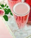 Rosa champagne med en ros Arkivbilder