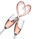 Rosa champagne med hjärtaformfärgstänk som isoleras på en vit bakgrund Royaltyfria Foton