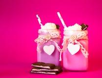 Rosa coctail för smaklig jordgubbe två med glass med piskat c Arkivfoto