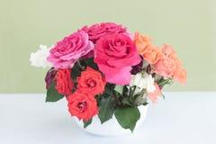 Rosa colocou na mesa em para bgreen o fundo Ainda vida 1 imagem de stock royalty free
