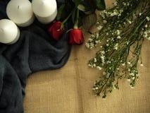 Rosa com os ornamento do dia de Valentim das velas fotografia de stock