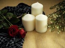Rosa com os ornamento do dia de Valentim das velas imagem de stock