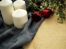 Rosa com os ornamento do dia de Valentim das velas foto de stock