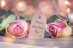 Rosa com um cumprimento para o dia de Valentim Imagens de Stock Royalty Free
