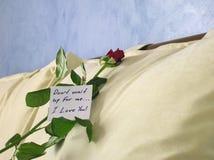 Rosa com uma nota Foto de Stock Royalty Free
