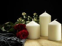 Rosa con gli ornamenti di giorno di biglietti di S. Valentino delle candele fotografia stock libera da diritti