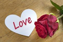 Rosa con il cuore di amore fotografie stock