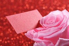 Rosa con la cartolina d'auguri Fotografie Stock Libere da Diritti