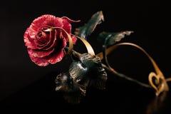 Rosa con una fioritura rossa fatta di metallo con nastro adesivo ed il cuore dell'oro Fotografia Stock Libera da Diritti