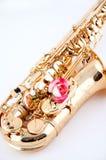 Rosa cor-de-rosa em um saxofone do ouro Fotos de Stock
