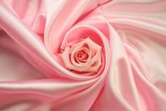Rosa cor-de-rosa no cetim cor-de-rosa Fotografia de Stock Royalty Free