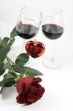 Rosa, cuore e due vetri fotografia stock libera da diritti
