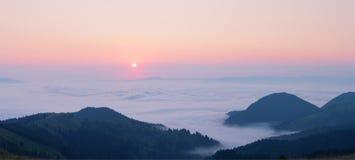 Rosa Dämmerung über den Wolken in den Bergen lizenzfreie stockfotos