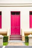 rosa dörr, rosa fönster på den kräm- väggen på rosa trappuppgång med sma Fotografering för Bildbyråer