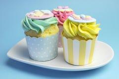 Rosa da festa do bebê ou das crianças, aqua & queques amarelos Imagem de Stock