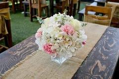 A rosa da flor colocada na mesa janta dentro a sala imagens de stock royalty free