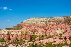 Rosa dal på Cappadocia, Anatolien, Turkiet vulkaniska berg Royaltyfria Foton