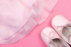 Rosa dansskor på rosa bakgrund royaltyfri foto