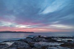 Rosa Dawn Seascape de la alta nube de la plataforma de la roca foto de archivo