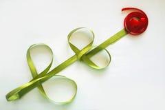 Rosa de fitas verdes e vermelhas do cetim fotos de stock
