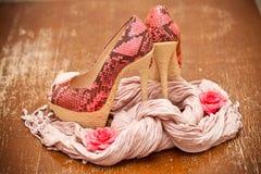 Rosa de moda de los zapatos con flores rosadas y una bufanda Piel de serpiente estilizada Foto de archivo libre de regalías