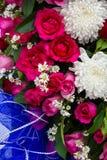 Rosa de Rose con los crisantemos blancos Foto de archivo libre de regalías