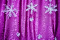 Rosa dekor för nytt år snowflakes Rosa och vita snöflingor på en rosa bakgrund vita röda stjärnor för abstrakt för bakgrundsjul m arkivbild