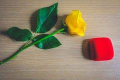 Rosa del amarillo con la caja de regalo roja Imagen de archivo libre de regalías