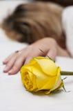 Rosa del amarillo y una muchacha Imágenes de archivo libres de regalías