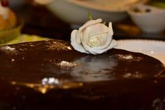 Rosa del blanco en una torta de chocolate Imagen de archivo