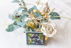 Rosa del blanco - flores artificiales para la decoración Imagen de archivo