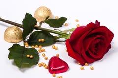 Rosa del escarlata con el corazón y los caramelos fotos de archivo