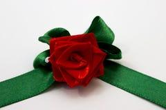 Rosa del rojo con los pétalos verdes hechos a mano de cinta de satén fotos de archivo