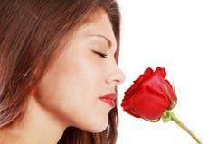 Rosa del rojo el oler de la mujer con los ojos cerrados Fotos de archivo