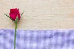 Rosa del rojo en fondo de madera Fotografía de archivo libre de regalías