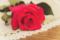 Rosa del rojo en la servilleta de tabla áspera Fondo de madera de la tabla selec Fotos de archivo