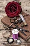 Rosa del rojo y accesorios y herramientas de costura Imagen de archivo libre de regalías
